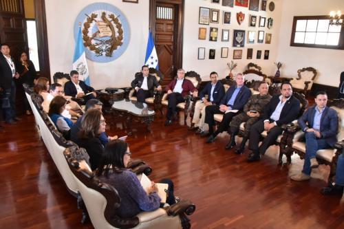 Morales en compañía de Hernández presidieron la reunión donde se discutió la problemática de los migrantes hondureños. (Foto: Secretaría de Comunicación Social de la Presidencia).