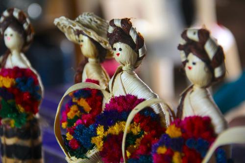 Varias mujeres elaboran estas muñecas artesanales y han logrado ser un motor económico para sus hogares. (Foto: Fredy Hernández/Soy502)