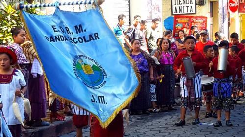 Con orgullo caminaron por las calles con el escudo de la Escuela Oficial Xechivoy JM.  (Foto: Juanito Damian)