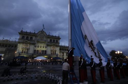 Momento en que la bandera de Guatemala es izada. (Foto: Alejandro Balán/Soy502)