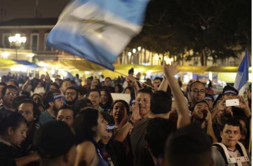 Un grupo de personas manifestaron en la plaza de la Constitución protestó durante el discurso del Presidente Jimmy Morales. (Foto: Alejandro Balán/Soy502)