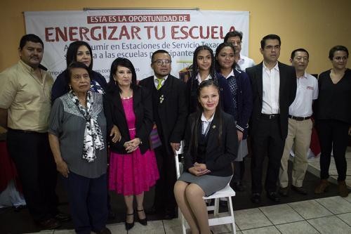 La comunidad educativa de la Escuela Nacional Central de Formación Secretarial agradeció a los personeros de Texaco por el programa. (Foto: Melissa Menéndez/Soy502)