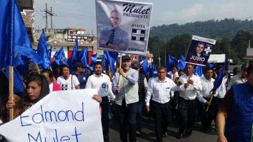 El candidato del partido Humanista realizó una caminata en Quetzaltenango. (Foto: Humanista)