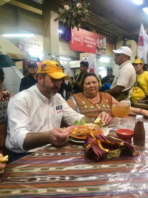 El candidato del PAN almorzó en el mercado central. (Foto: PAN)