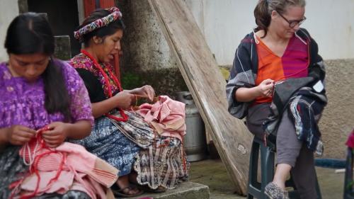 Irene Peukes elabora prendas junto a artesanas Guatemaltecas. (Foto: Pla Shoes)