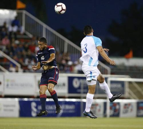 El defensor Carlos Gallardo disputa el balón por los aires. (Foto: Fedefut)
