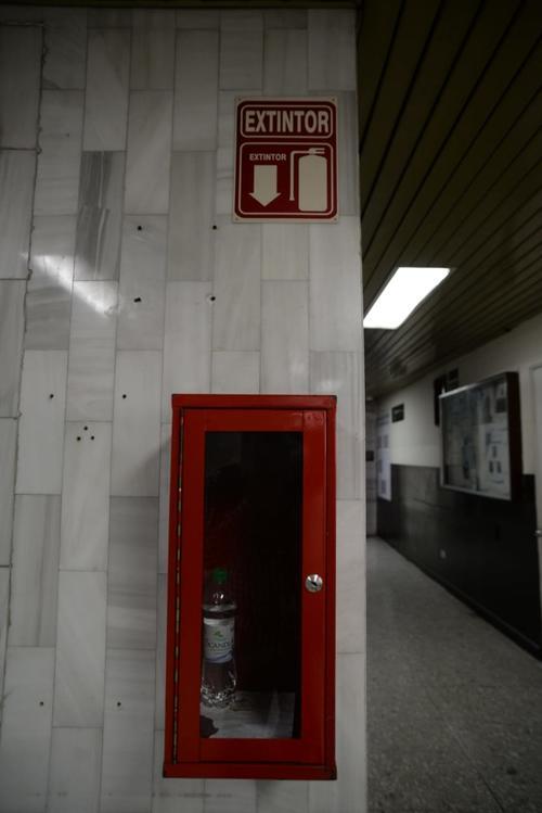 El lugar del extintor es ocupado por una botella de agua pura. (Foto: Wilder López/Soy502)