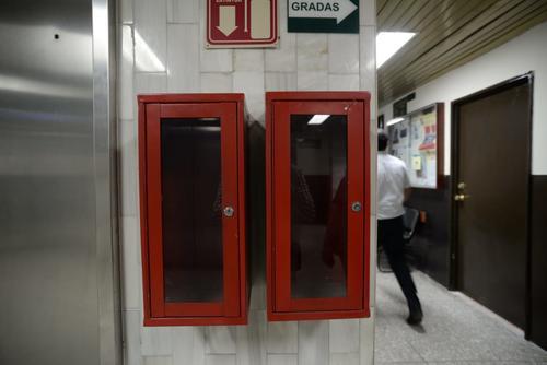 Las cajas donde deben ir los extintores están vacíos. (Foto: Wilder López/Soy502)