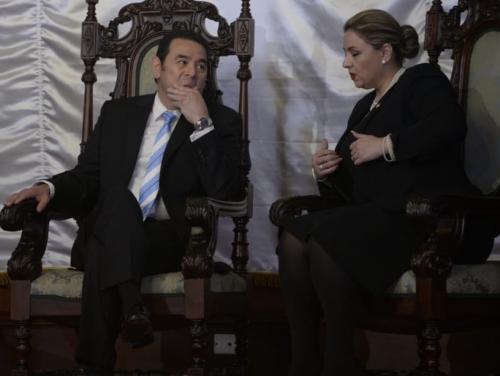 El presidente Jimmy Morales y la canciller Sandra Jovel conversan al concluir una de las pláticas con los embajadores. (Foto: Wilder López/Soy502)
