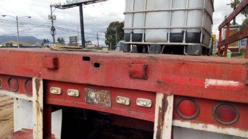 En estos recipientes se movilizaba el material altamente corrosivo. (Foto: Conred)