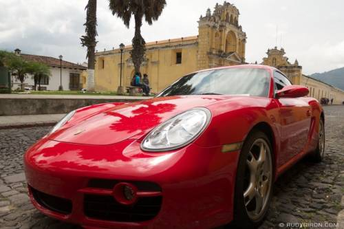 Porshe Cayman en Antigua Guatemala. (Foto: Rudy Girón Daily Photo)