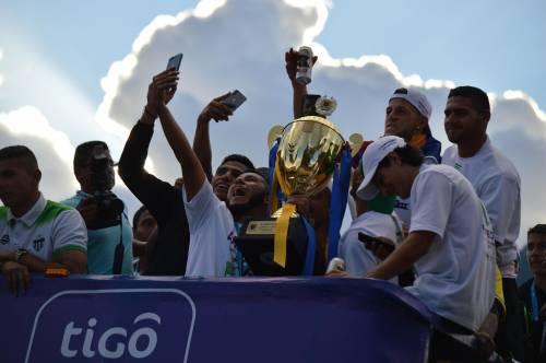 La algarabía no para, el campeón y sus seguidores están eufóricos. (Foto: Rudy Martínez/Soy502)