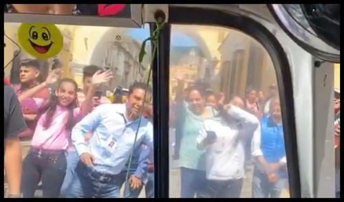 """Edwin Luna observa desde el interior de un """"tuc-tuc"""" a sus fans. (Foto: captura de pantalla)"""