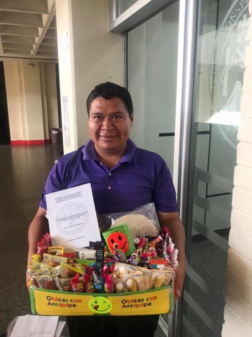 Algunas personas conocieron a Fredy cuando era niño y desde ya vendía dulces en la Usac. (Foto: Mariele Alvarado)