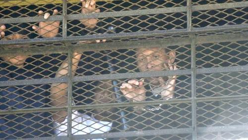 El monitor Aroldo Muñoz Torres fue captado cuando se asomó a la ventana para suplicar ayuda de las autoridades, más tarde, fue una de las víctimas. (Foto: Archivo/Soy502)