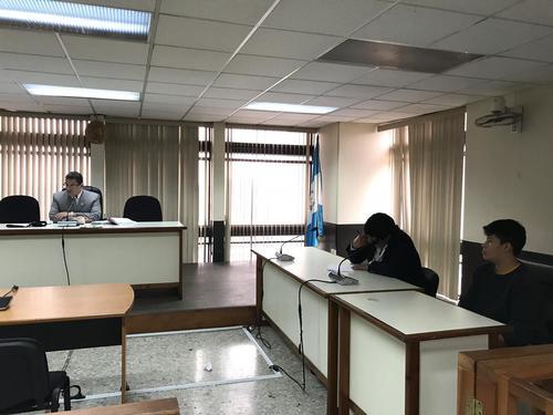 Carlos Velásquez escucha la sentencia del juez Saúl Álvarez. (Foto: Evelyn de León/Soy502)