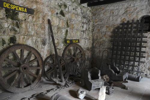 Algunos artículos que sirvieron para diversas tareas se exhiben en los espacios del castillo. (Foto: Fredy Hernández/Soy502)