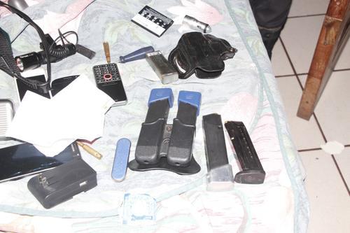 Los agentes de la policía incautaron municiones útiles y armas de fuego. (Foto: PNC)
