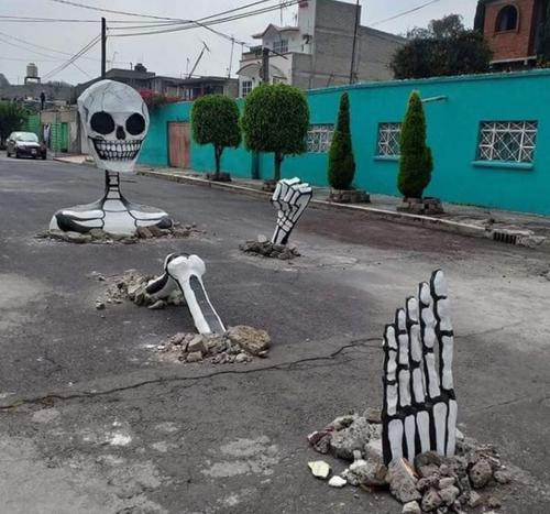 FOTOS: vecinos de Tláhuac decoran baches por el Día de Muertos