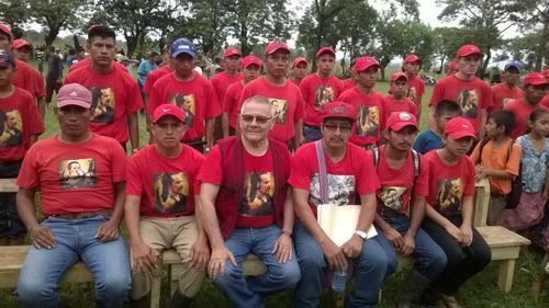 César Montes aparece rodeado de un grupo de personas vestidos con playeras y gorras rojas con imágenes del exguerrillero en el pecho. Todos integrantes de la Fundación Turcios Lima. (Foto: Facebook de Julio César Macías)