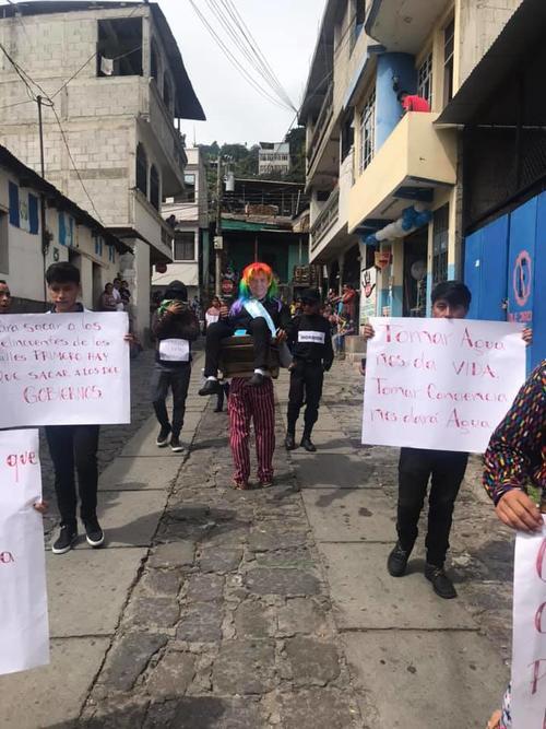 Los estudiantes hicieron conciencia sobre cuidar el agua. (Foto: Chavajay Quiacain)