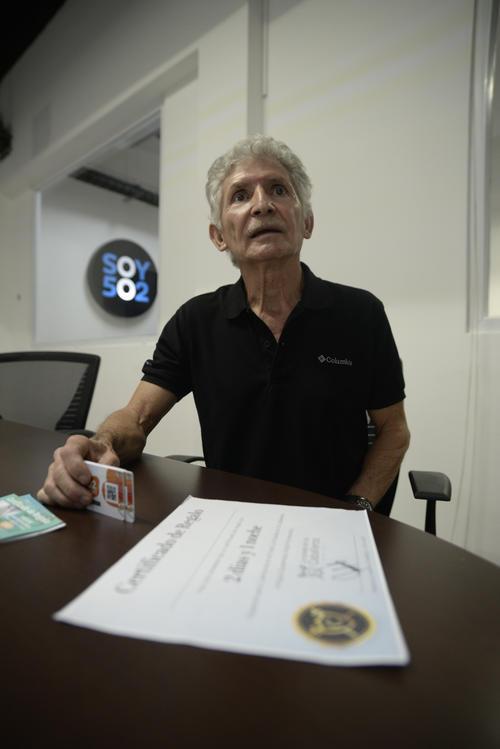 Edgar Sagastume se acercó a las oficinas de Soy502 para compartir su historia y evitar que otras personas sean víctimas. (Foto: Wilder López/Soy502)