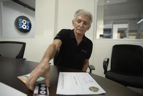 Edgar Sagastume muestra todos los documentos que comprueban la estafa. (Foto: Wilder López/Soy502)