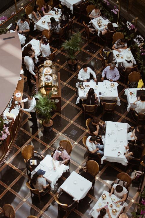 En un restaurante de la zona 10 se citó a los jubilados. (Foto: con fines ilustrativos / unsplash.com)