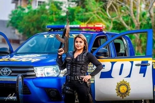 La mujer modela con un fusil. Pero en el uniforme no porta las insignias características del mismo. (Foto: redes sociales)
