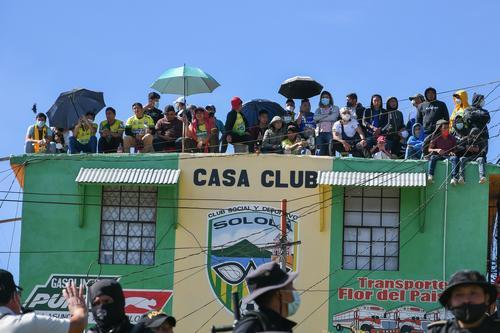 Los aficionados buscaron distintos puntos donde se aglomeraron y no respetaron los protocolos de sanidad. (Foto: Sergio Muñoz/Nuestro Diario)