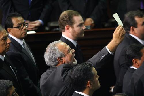 Edgar Zamora, diputado electo por ViVa no pudo asumir su curul. Exigía a gritos que se lo permitieran y mostraba la credencial que le extendió el TSE de diputado electo. (Foto: Archivo/Soy502)