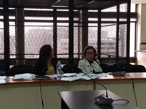Sandra Torres junto a su abogada defensora Lourdes Magaly Samayoa San Juan. (Foto: cortesía)