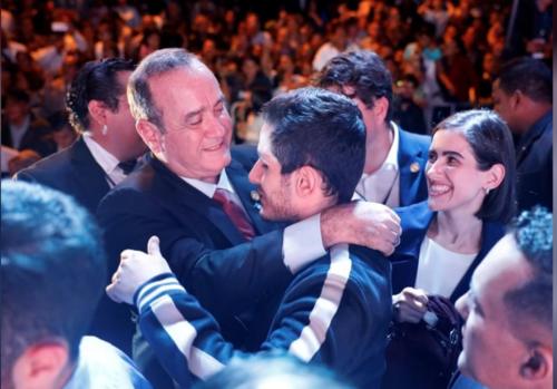 Marcela Giammattei aparece junto a sus hermanos en el festejo por el triunfo en las pasadas elecciones. (Foto: Reuters)