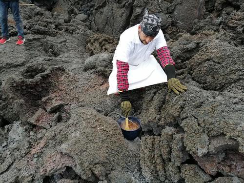 Mario David usa el volcán para preparar deliciosos platillos. (Foto: Mario David García)