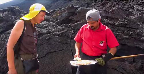 El guatemalteco usa hornos naturales del Volcán Pacaya para sus pizzas. (Foto: Instagram)