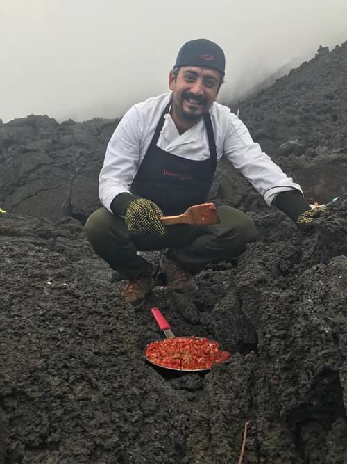 El guatemalteco decidió hacer Pizzas con el vapor el volcán. (Foto: Mario David García)