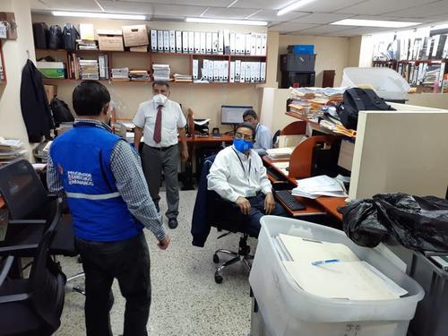 La PDH comprobó que no hay distanciamiento físico entre los empleados del TSE. Se pidió al presidente de ese organismo girar instrucciones para cumplir con las normas. (Foto: PDH)