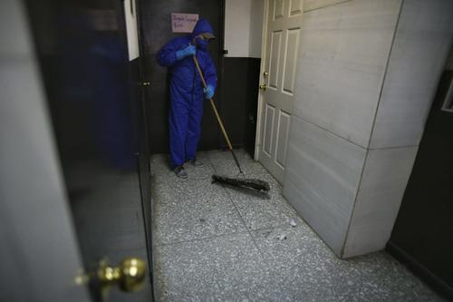 Un empleado de servicios del OJ realiza la limpieza en uno de los pasillos de Tribunales. (Foto: Wilder López/Soy502)