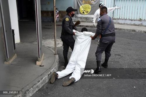 Otro ángulo de cómo fue llevado el privado de libertad. (Foto: Johan Ordóñez /AFP)