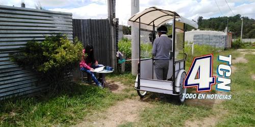 Los alumnos y el maestro mantienen una distancia considerable para la labor educativa. (Foto: Canal 4 TCN Quiché)