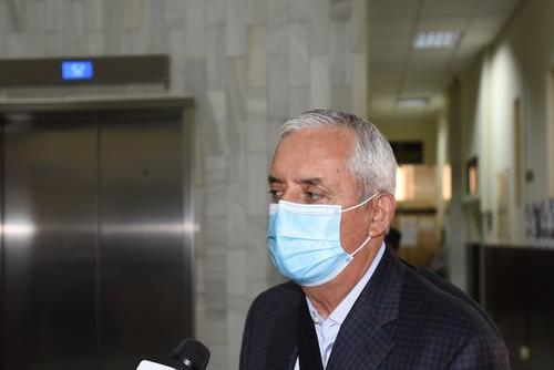 Otto Pérez Molina utiliza mascarilla durante su traslado a tribunales el lunes 11 de mayo. (Foto: Soy502)