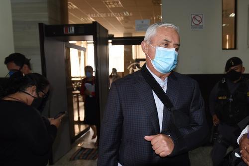 El expresidente  fue visto usando mascarilla y cabestrillo. Señala que es vulnerable al Covid-19 y pedirá salir de prisión. (Foto: Soy502)