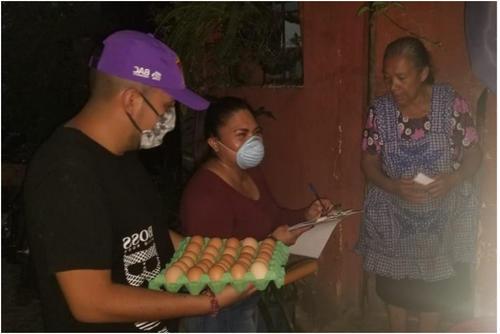 Salazar entregando víveres. (Foto Facebook)