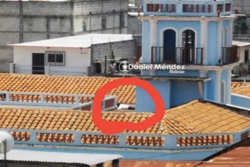 El jefe edil tirado en la terraza del edificio municipal.