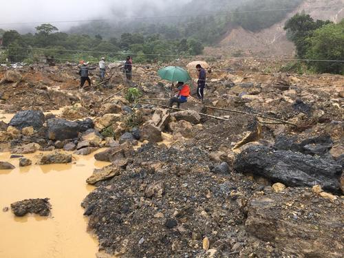 Personas caminan entre los escombros. (Foto: SCSP)