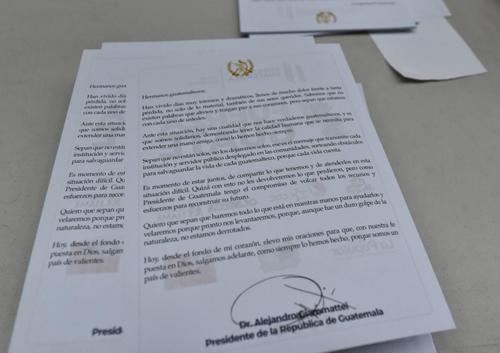 Esta es la carta que envió el presidente Alejandro Giammattei en las bolsas de víveres. (Foto: AGN)