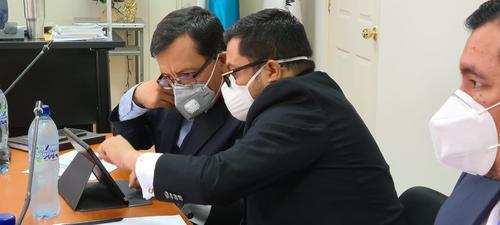 Carlos Velásquez junto a sus abogados defensores. (Foto: cortesía)