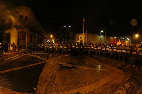Los antimotines rodearon a decenas de supuestos manifestantes. (Foto: Alexis Batres/Soy502)