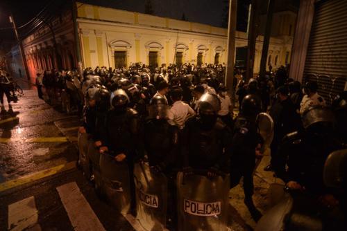 Los manifestantes fueron rodeados en las calles aledañas al Congreso. (Foto: Wilder López/Soy502)