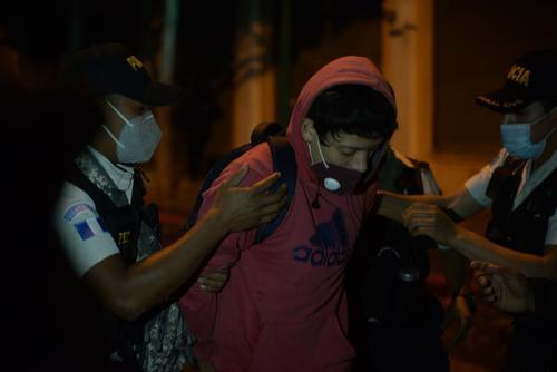 Uno de los presuntos manifestantes fue detenido por la PNC. (Foto: Wilder López/Soy502)